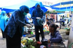 Pedagang Pasar Wonorejo Luwu Timur dapat masker gratis