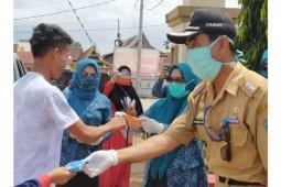PKK Luwu Timur bagikan masker di Pelabuhan Timampu