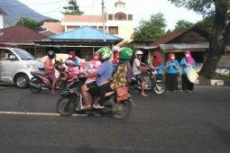 Puluhan petugas kesehatan bagikan ribuan masker di Ternate