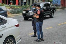 Malaysia mulai izinkan tiga orang satu mobil