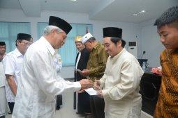 Wali Kota Ternate serahkan dana insentif untuk guru mengaji