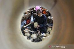 Produksi peci dari bambu