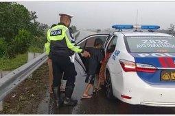 Polisi evakuasi seorang ibu dan dua anaknya berjalan di JTTS