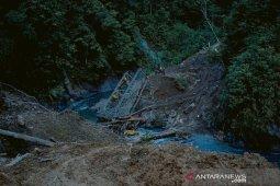 Penanganan darurat jalan  Trans Papua  yang putus akibat longsor