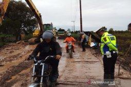 Jalan nasional Kandangan-Batulicin Kalsel  lumpuh akibat tanah longsor