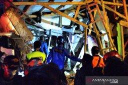 Pondok pesantren  roboh 11 orang luka