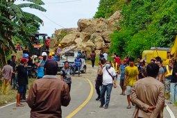 Tanah longsor tutup akses jalan poros Majene-Mamuju