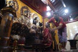 Tradisi Bersihkan Patung Dewa Jelang Perayaan Imlek