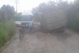 Jalan cor beton di Batukuning rusak parah