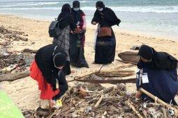 Bupati Pesisir Barat apresiasi kegiatan bersih-bersih pantai oleh IKAMM