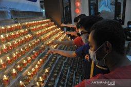 Umat Buddha nyalakan ratusan pelita tahun baru imlek