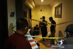 Seorang perempuan ditemukan tewas dengan sejumlah luka di kamar hotel