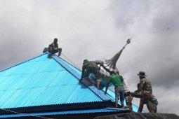 Satgas Yonif 312/KH bantu pasang kubah mushala Jabal Nur di perbatasan