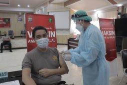 Personel Polda Sulawesi Utara lakukan vaksinasi COVID-19