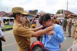 Plh Bupati Pesisir Barat bagikan masker di jalan protokol kabupaten