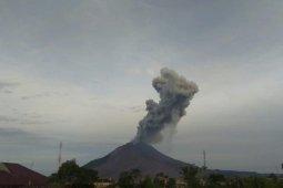 Gunung Sinabung di Kabupaten Karo erupsi, semburkan abu vulkanik 2.000 meter