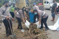 Ditlantas Polda NTT kerahkan personel bersihkan sampah di Kota Kupang