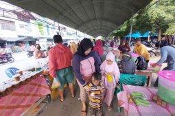 Warga Kota Palu  ngabuburit sambil berburu jajanan berbuka puasa