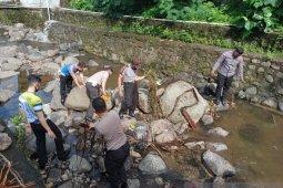 Jajaran Polres Sangihe gelar bersih-bersih sampah di sungai