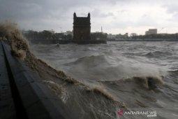 14 orang tewas akibat kapal tongkang tenggelam dihantam topan di India