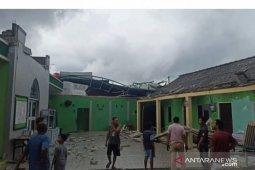 Puluhan rumah warga di Sekupang Batam  rusak diterpa angin puting beliung