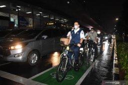 Anies dan Dubes Belanda bareng bersepeda pakai batik