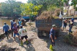Tim penanganan bencana Mataram membersihkan sampah di Taman Loang Baloq