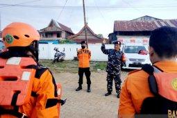 Prajurit TNI bantu tim SAR evakuasi kapal nelayan yang tengelam di lutra