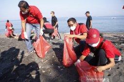 PDIP Mataram menggelar bersih-bersih pantai peringati HUT Bung Karno