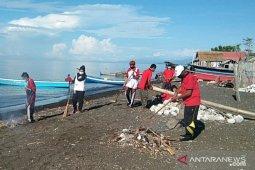 Warga Minahasa Tenggara bersihkan sampah di kawasan pesisir pantai
