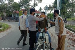 Polsek Kuripan dan Tim PPKM Mikro bagikan masker gratis