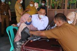 Wabup Pringsewu tinjau pemeriksaan darah dan vaksinasi COVID-19