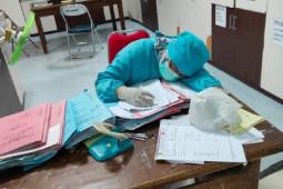 Saat tenaga medis terpaksa curi-curi tidur di tengah gempuran pasien COVID-19