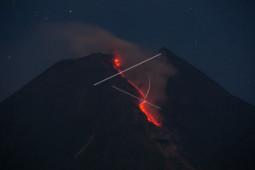 Gunung Merapi meluncurkan awan panas ke arah tenggara dan barat daya