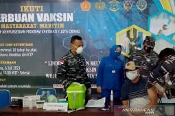 Warga pesisir Maluku antusias ikut vaksinasi di Lanal Saumlaki, ratusan orang mendaftar