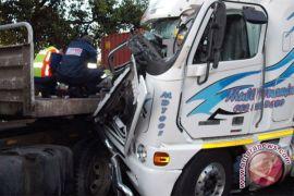 Sopir meninggal mendadak saat mengemudi, truk tabrak pembatas jalan