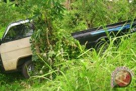 Mobil Avanza masuk jurang di Serangai