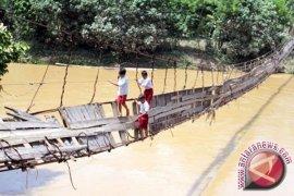 Jembatan penghubung di Tanjabtim nyaris putus