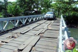 Jembatan penghubung dua desa Mukomuko ambruk