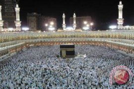 Imam Masjidil Haram Menangis Saat Shalat Gerhana