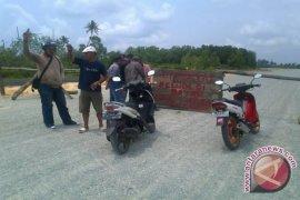 Warga Tutup Jalan Coastal Road