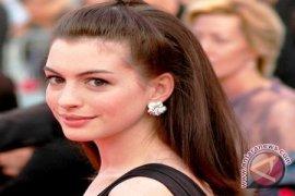 Anne Hathaway Raih Oscar Pertamanya