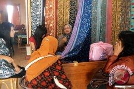 Hari batik nasional jadi peruntungan bagi penjual batik basurek