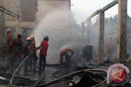 Sebuah toko bangunan hangus terbakar
