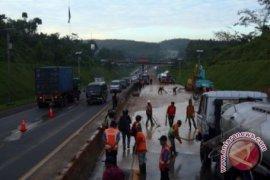Longsor terjadi dekat Tol Cipularang di Bandung Barat