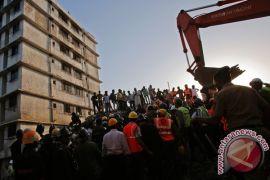 Bangunan ambruk, 35 orang tewas
