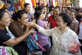 Megawati Kampanyekan Puspayoga di Pasar Guwang
