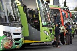 Bus Mini Terguling Empat Penumpang Luka