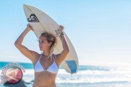 Juara Dunia ASP Lima kali Stephanie Gilmore Bergabung dengan Roxy Surf Team