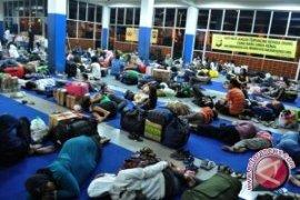 Ratusan pemudik memilih bermalam di Bakauheni